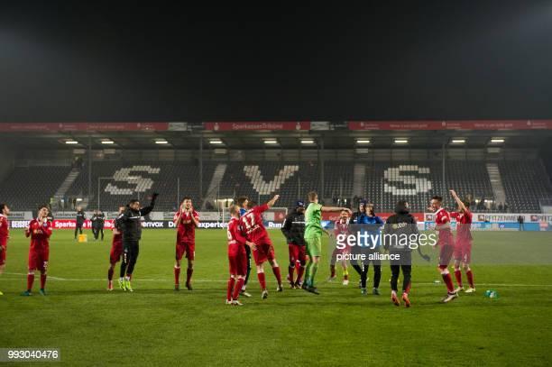 2 Bundesliga SV Sandhausen MSV Duisburg 13 Spieltag am in Sandhausen Die Spieler des MSV Duisburg feiern den 01 Auswärtssieg Photo Deniz Calagan/dpa