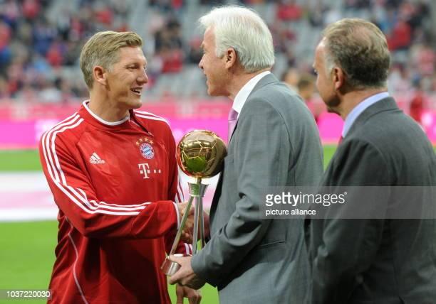 FC Bayern München Borussia Mönchengladbach am in der Allianz Arena in München Bastian Schweinsteiger vom FC Bayern erhält seine Auszeichnung zum...