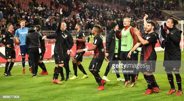 Bundesliga VfB Stuttgart Bayer Leverkusen 15 Spieltag am der Mercedes BenzArena in Stuttgart Leverkusens Spieler jubeln nach dem Sieg mit den Fans...