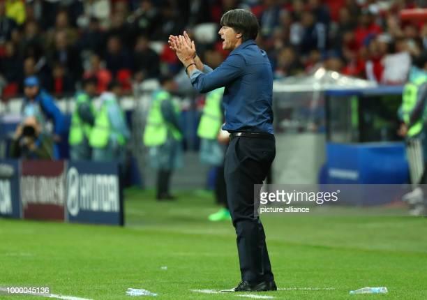 Confederations Cup Vorrunde Gruppe B 2 Spieltag Deutschland gegen Chile am in der KasanArena in Kasan Deutschlands Bundestrainer Joachim Löw feuert...
