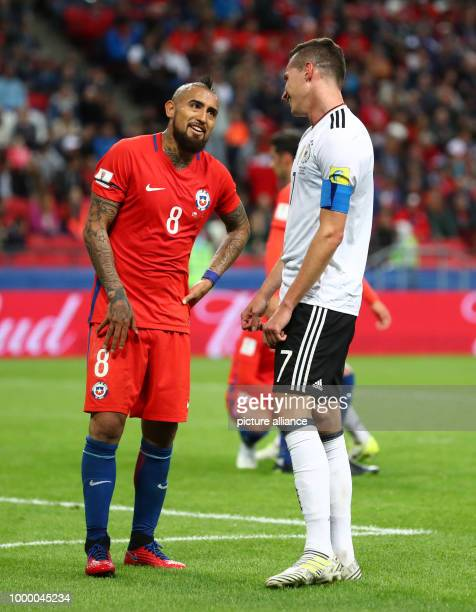 Confederations Cup Vorrunde Gruppe B 2 Spieltag Deutschland gegen Chile am in der KasanArena in Kasan Deutschlands Julian Draxler und Arturo Vidal...