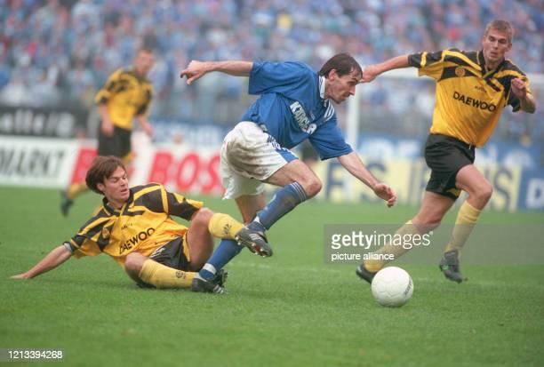 Fußball - UEFA-Cup - 1996/1997 - 1. Runde - Roda Kerkrade vs. FC Schalke 04 2:2 - Hier der Schalker Jiri Nemec in Aktion.
