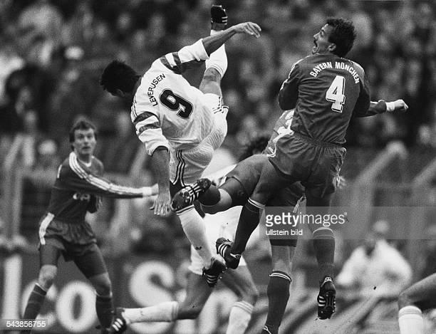 FußballBundesliga Bayer 04 Leverkusen FC Bayern München am 2321991 Die Spieler Ulf Kirsten und Jürgen Kohler liefern sich einen Zweikampf in der Luft