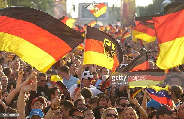 Fußballfans feiern anlässlich des Eröffnungspiels Deutschland Costa Rica auf dem Fan Fest FIFA WM 2006 in Berlin