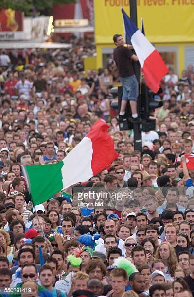 Fußballfans feiern auf dem Fan Fest FIFAWM 2006 am Brandenburger Tor in Berlin während des Endspiels FrankreichItalien