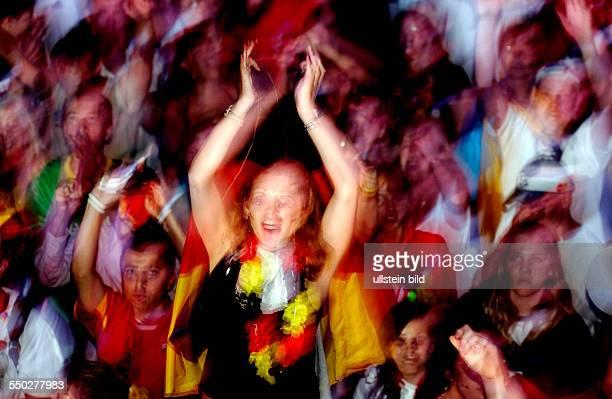 Fußballfans jubeln auf dem Fan Fest FIFAWM 2006 nach dem Erreichenden des 3 Platzes der deutschen Mannschaft im Spiel gegen Portugal