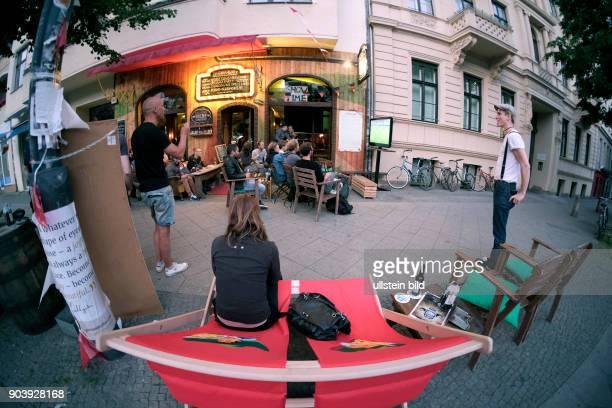 Fußballfans verfolgen das Eröffnungsspiel Frankreich gegen Rumänien anlässlich der FußballEuropameisterschaft 2016 im Freisitz einer Bar in der...