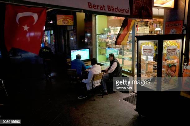 Fußballfans verfolgen das Spiel Türkei gegen Spanien anlässlich der Fußball-Europameisterschaft 2016 vor einer türkischen Bäckerei in der Badstrasse...