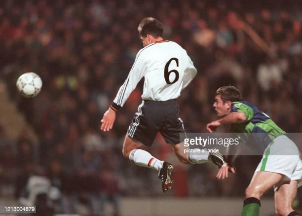 FußballNationalspieler Markus Babbel springt beim WMQualifikationsspiel gegen Nordirland am 9111996 im Nürnberger Frankenstadion zum Kopfball hoch...