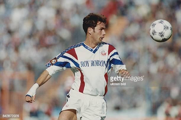 Fußballprofi Sergej Barbarez spielt mit verletzter Hand für den Bundesligaverein Hansa Rostock in der Saison 1997/98. Das exakte Aufnahmedatum ist...