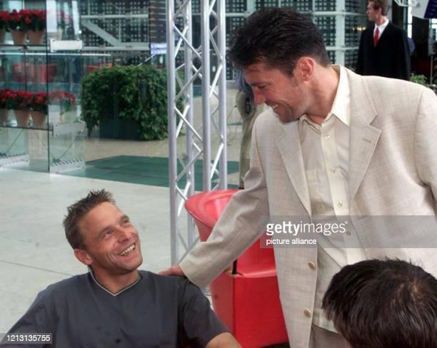 FußballRekordnationalspieler Lothar Matthäus begrüßt am 2552000 in einem Hotel am Münchner Flughafen seinen NationalmannschaftsKollegen Thomas Häßler...
