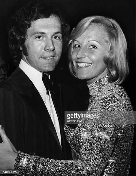 Fußballspieler Franz Beckenbauer und seine Frau Brigitte Beide tragen Abendkleidung Brigitte Beckenbauer umarmt ihren Mann Undatiertes Foto
