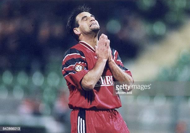 Fußballspieler Ulf Kirsten ärgert sich mit geschlossenen Augen und gefalteten Händen über eine vertane Torchance Das Foto entstand in der Saison...