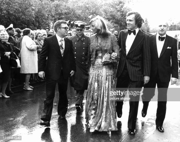 Fußballstar Franz Beckenbauer und seine erste Ehefrau Brigitte treffen am 25.7.1974 mit Freunden vor dem Festspielhaus in Bayreuth ein, um an der...