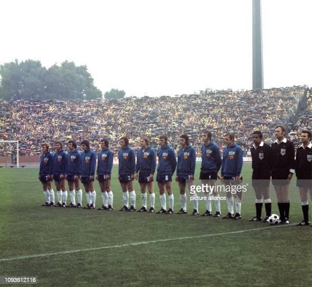 Fußball-Weltmeisterschaft 1974 in Deutschland, 2. Finalrunde: Die DDR-Fußballnationalmannschaft nimmt am vor 70.000 im Gelsenkirchener Park-Stadion...