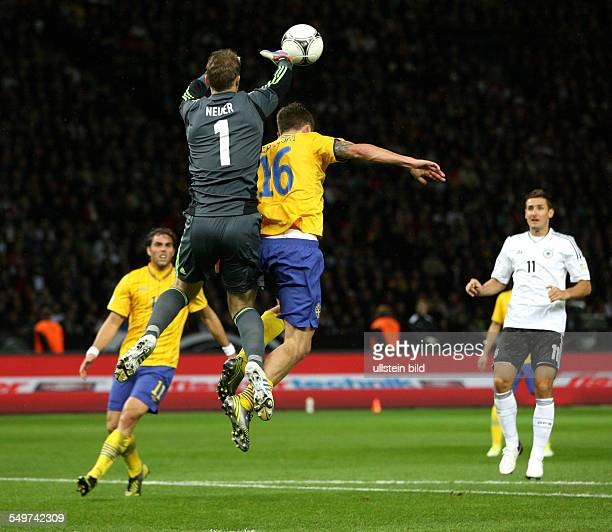 FIFA FußballWeltmeisterschaft Brasilien 2014 Qualifikation Gruppe C Johan Elmander 11 Torwart Manuel Neuer kann Ball nicht festhalten Pontus Wernblom...