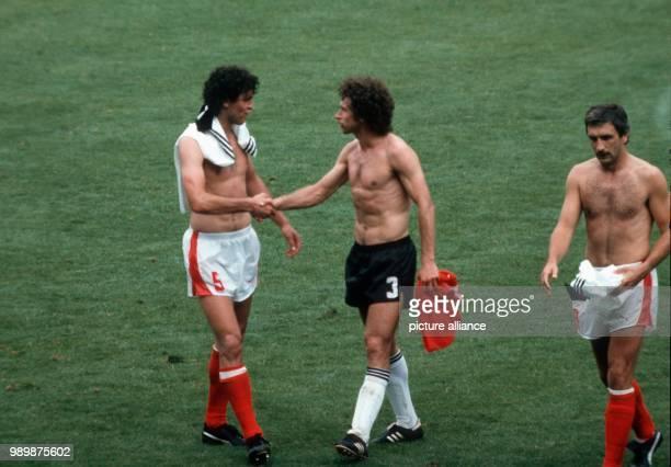 Fußball-WM 1982 in Gijon, Spanien: Deutschland-Oesterreich 1:0 Paul BREITNER und Bruno PEZZEY beim Shakehands nach Spielende, re. Hans KRANKL. ©...