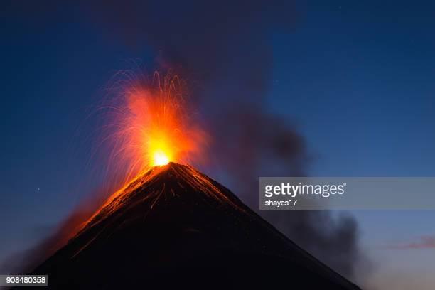 erupción del volcán de fuego - guatemala fotografías e imágenes de stock