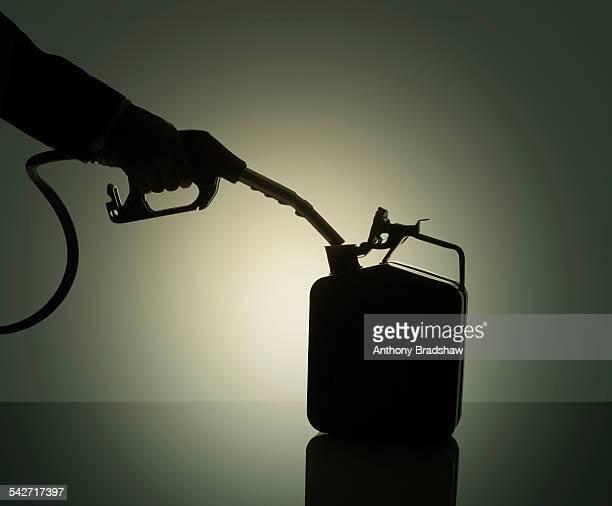 fuel nozzle filling a storage can - storage tank - fotografias e filmes do acervo