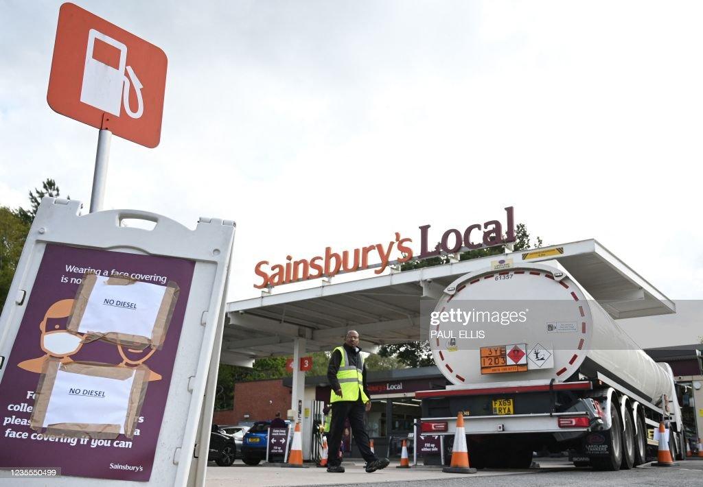 BRITAIN-POLITICS-TRANSPORT-PETROL-SHORTAGES : News Photo