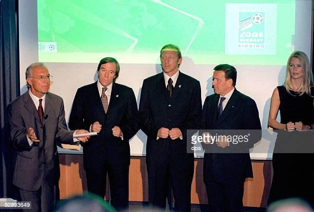 Fuer die WM 2006 Zuerich; Franz BECKENBAUER, Guenter NETZER, Boris BECKER, BUNDESKANZLER Gerhard SCHROEDER, Claudia SCHIFFER