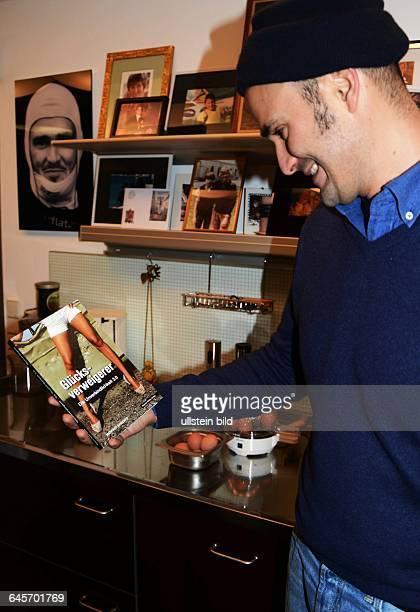 Fuerst Albert von Thurn und Taxis freut sich ueber die druckfrische Ausgabe vom Taschenbuch GLUECKSVERWEIGERER Studien zufolge liegen gedruckte...