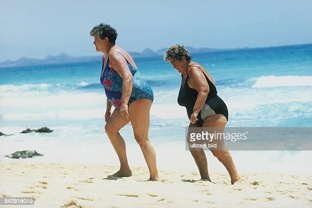 Zwei übergewichtige ältere Frauen beim Strandspaziergang Aufgenommen Juli 1999