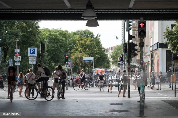 Fußgänger waren an einer Ampel unter der UBahn in der Schönhauser Allee in BerlinPrenzlauer Berg