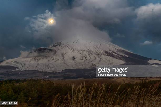 fuji and moon - 一月 stock pictures, royalty-free photos & images