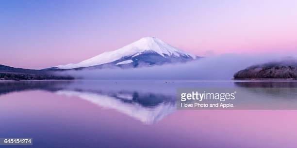 fuji in the pink sky - 逆さ ストックフォトと画像