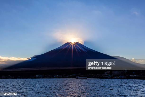 "fuji mountain and ""diamond fuji"" at lake yamanaka while beautiful sunset,fujiyoshida,yamanashi,japan.mount fuji or fujisan located on honshu island, is the highest mountain in japan. - ダイヤモンド富士 ストックフォトと画像"