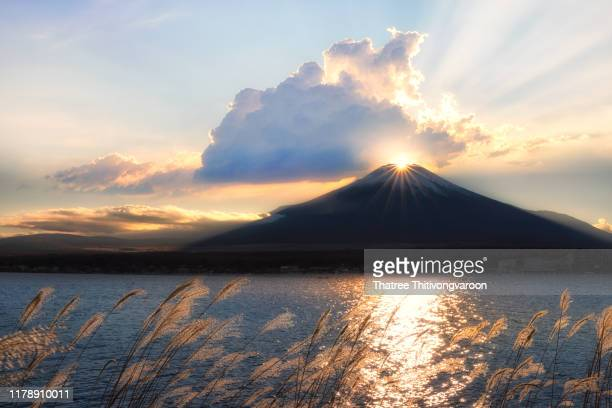 fuji mountain and diamond fuji over lake yamanaka while beautiful sunset,fujiyoshida,yamanashi,japan - ダイヤモンド富士 ストックフォトと画像