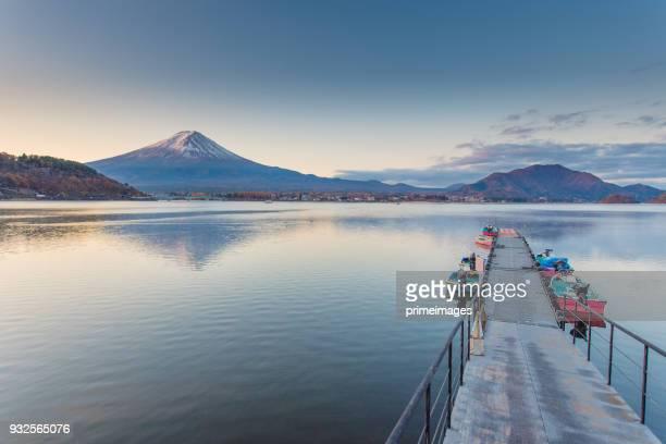 富士山と朝、日本の山梨で秋の季節富士山河口湖。