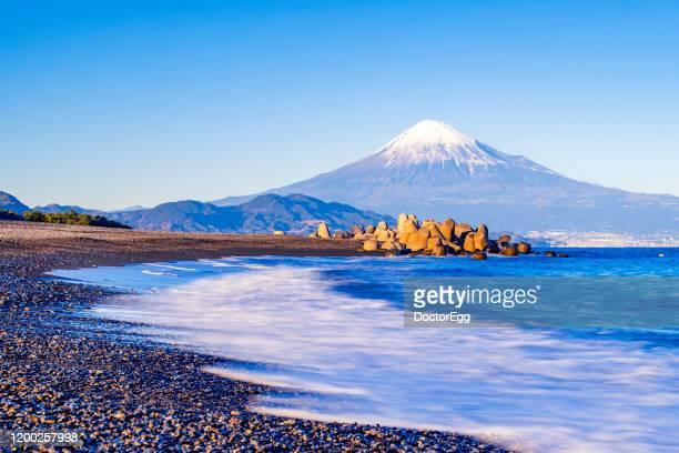 fuji mountain and ocean wave at miho no matsubara beach in winer clear sky day, shimizu, shizuoka, japan - 静岡県 ストックフォトと画像