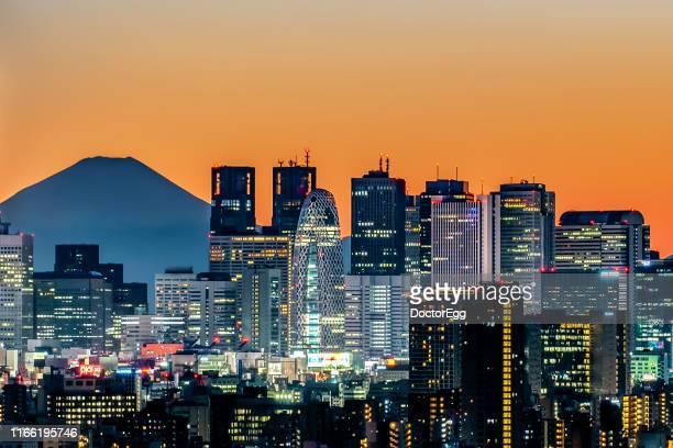 fuji mountain and shinjuku skyscraper buildings business district at sunset, shinjuku, tokyo, japan - tokio stock-fotos und bilder
