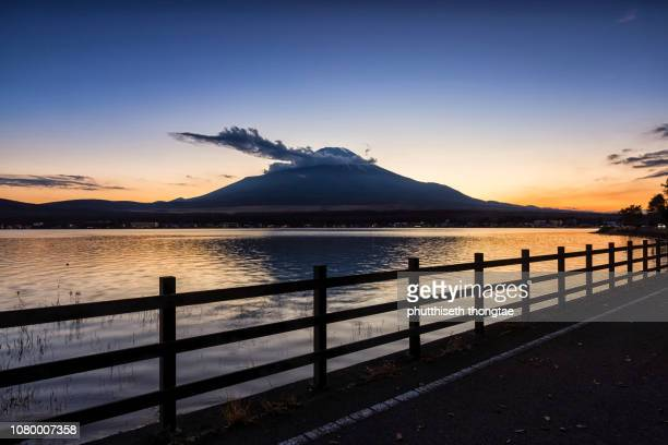 fuji mountain at lake yamanaka while beautiful sunset,fujiyoshida,yamanashi,japan.mount fuji or fujisan located on honshu island, is the highest mountain in japan. - ダイヤモンド富士 ストックフォトと画像