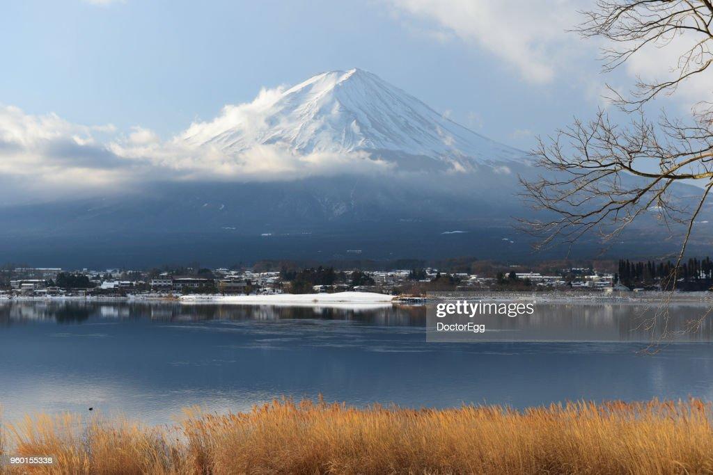 Fuji Mountain Reflection and Snow in Winter at Kawaguchiko Lake, Japan : Stock-Foto