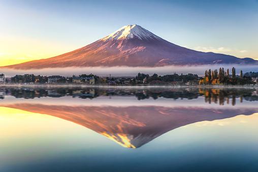 Fuji Mountain Reflection with Morning Mist in Autumn, Kawaguchiko Lake, Japan - gettyimageskorea