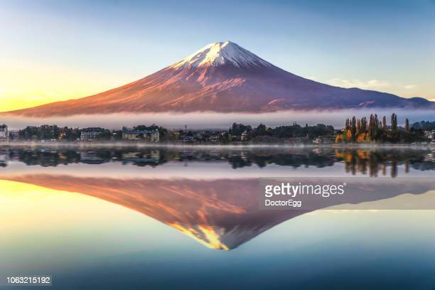 fuji mountain reflection with morning mist in autumn, kawaguchiko lake, japan - japan stockfoto's en -beelden