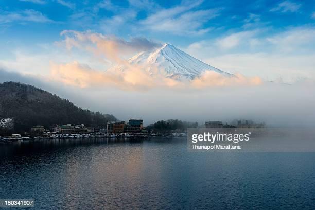 fuji san at kawaguchiko - 日本建築 ストックフォトと画像
