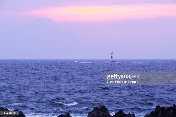 fuji silhouette in the pink twilight - 風 stockfoto's en -beelden