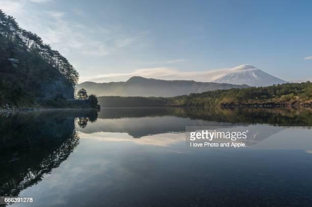 fuji view at lake saiko - 湖 photos et images de collection