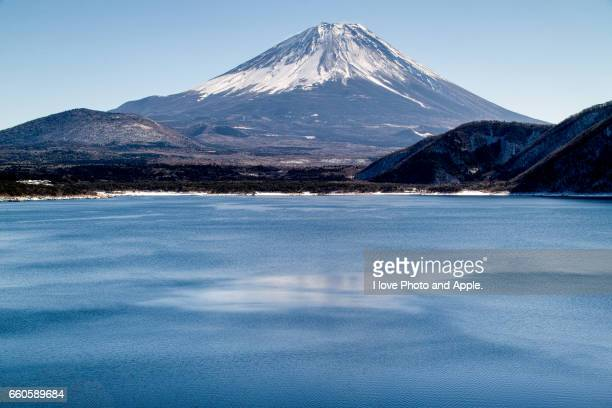 fuji view from lake motosu - 一月 stock pictures, royalty-free photos & images
