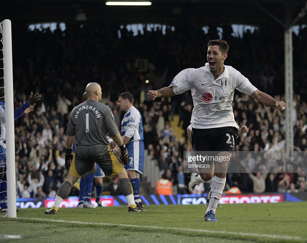 Fulham player Clint Dempsey (R) celebrat : News Photo