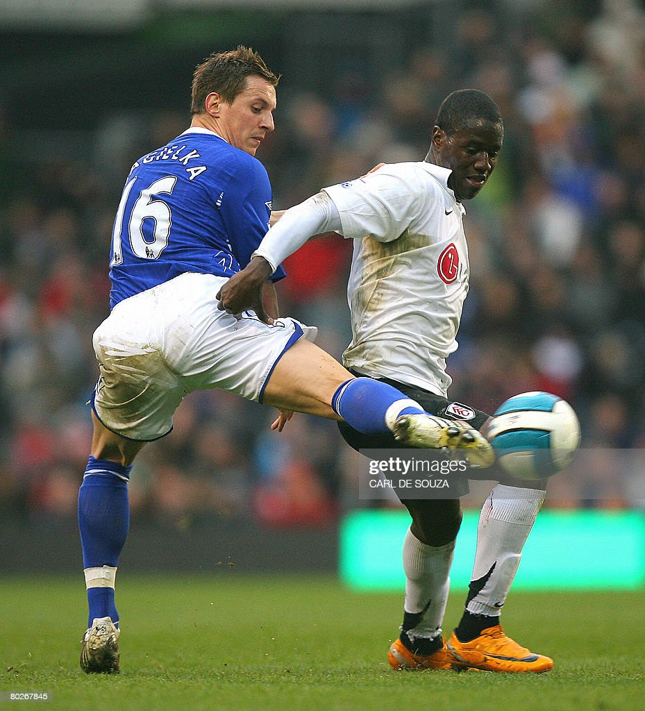 Fulham's Eddie Johnson (R) vies with Everton's Phil Jagielka during their Premiership match at Fulham's Craven Cottage Stadium on March 16, 2008. AFP PHOTO/CARL DE SOUZA --- Mobile and website use of domestic English football pictures are subject to obtaining a Photographic End User Licence from Football DataCo Ltd Tel : +44 (0) 207 864 9121 or e-mail accreditations@football-dataco.com - applies to Premier and Football League