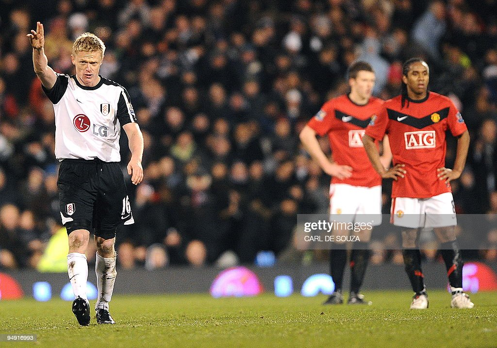 Fulham's Irish player Damien Duff celebr : News Photo