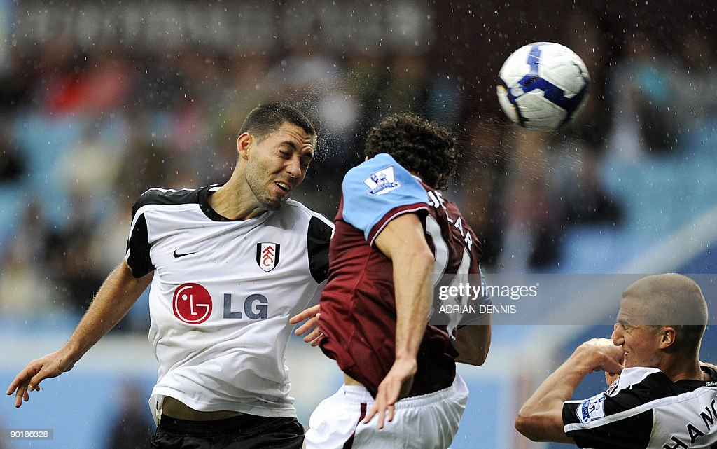 Fulham's US player Clint Dempsey (L) hea : News Photo