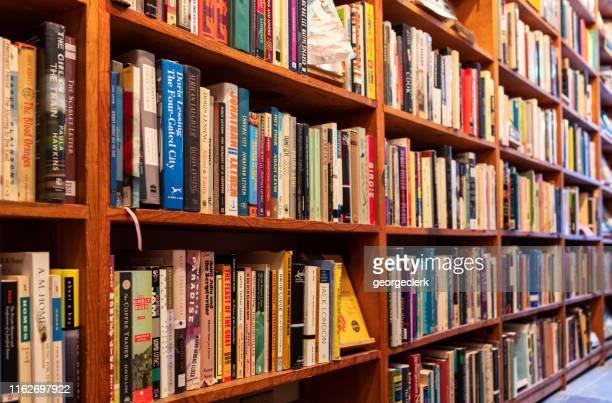 サンフランシスコの書店の本棚 - 図書館 ストックフォトと画像