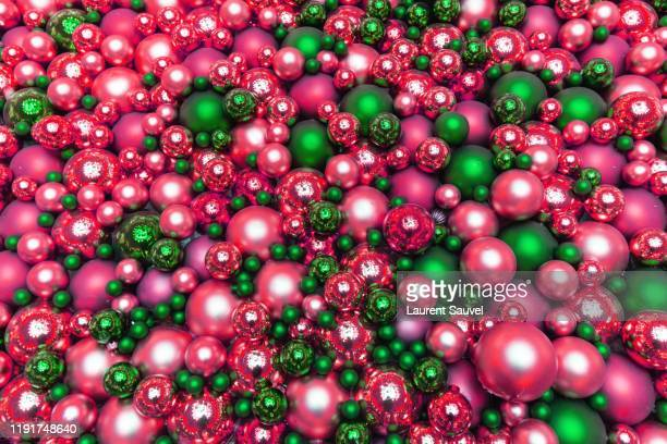 full frame glittering pink and green christmas balls - laurent sauvel photos et images de collection