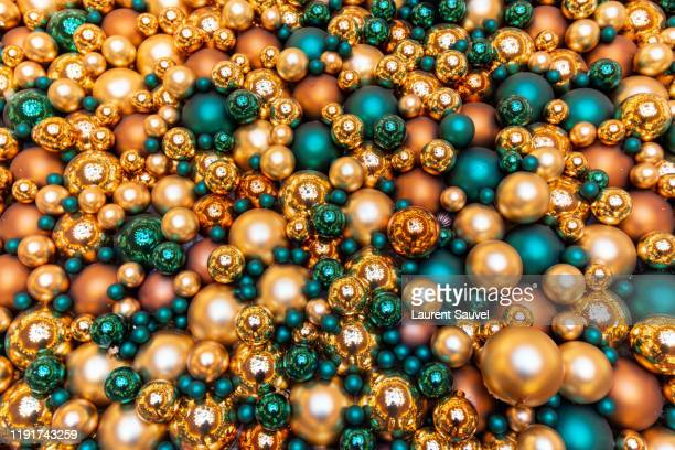 full frame glittering turquoise and orange christmas balls - laurent sauvel photos et images de collection